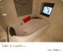 浴缸前的电视机